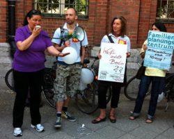 Berlin: Demo von FPZ BALANCE und Lesbenberatung vor der Senatsverwaltung für Gesundheit und Soziales