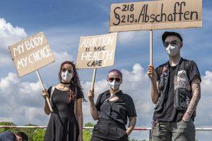 Pressemitteilung: Bundesweite Proteste am 15. Mai – Schwangerschaftsabbruch seit 150 Jahren im Strafgesetzbuch